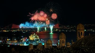 İstanbul Boğaziçi Köprüsü'nden 29 Ekim Kutlamaları